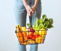 Košara s raznolikim voćem i povrćem