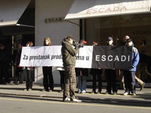 Protest in front of ESCADA 2 [ 90.75 Kb ]