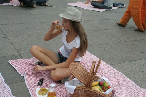 Picnic on the main square [ 93.89 Kb ]